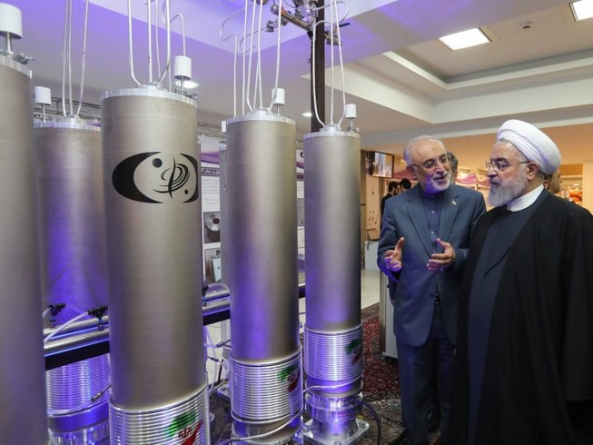 Tổng thống Hassan Rouhani thăm một cơ sở làm giàu uranium hồi tháng 10-2019. Ảnh: REUTERS
