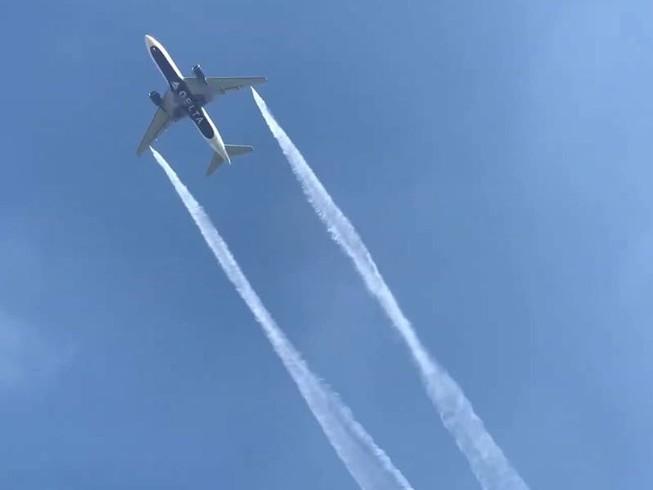 Máy bay đổ dầu xuống trường học khiến nhiều người bị thương. Ảnh: CNN