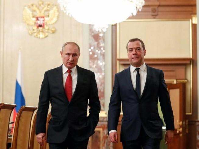 Tổng thống Nga Vladimir Putin (trái) và Thủ tướng Nga Dmitry Medvedev. Ảnh: SPUTNIK