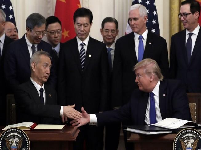 Phó Thủ tướng Trung Quốc Lưu Hạc và Tổng thống Mỹ Donald Trump tại lễ ký kết thỏa thuận thương mại ngày 15-1. Ảnh: AP
