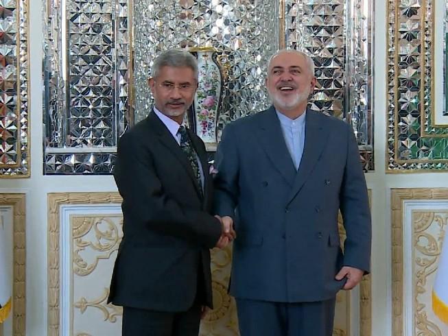 Ngoại trưởng Iran Mohamad Javad Zarif (trái) có cuộc gặp với Ngoại trưởng Ấn Độ Subrahmanyam Jaishankar (phải) ngày 15-1. Ảnh: RUPTLY