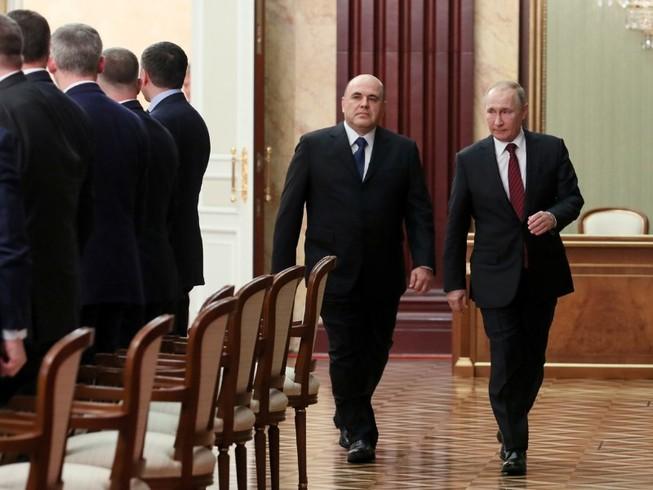 ổng thống Nga Vladimir Putin (phải) và tân Thủ tướng Mikhail Mishustin (di cùng) tham gia cuộc họp tân nội các tối 21-1. Ảnh: AP