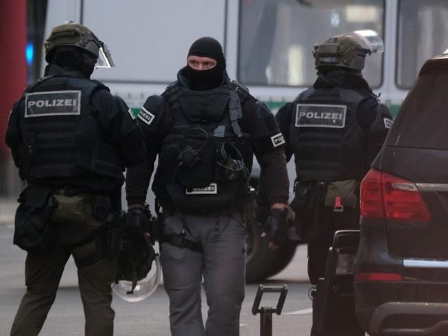 Cảnh sát Đức có mặt tại hiện trường vụ xả súng. Ảnh: MIRROR