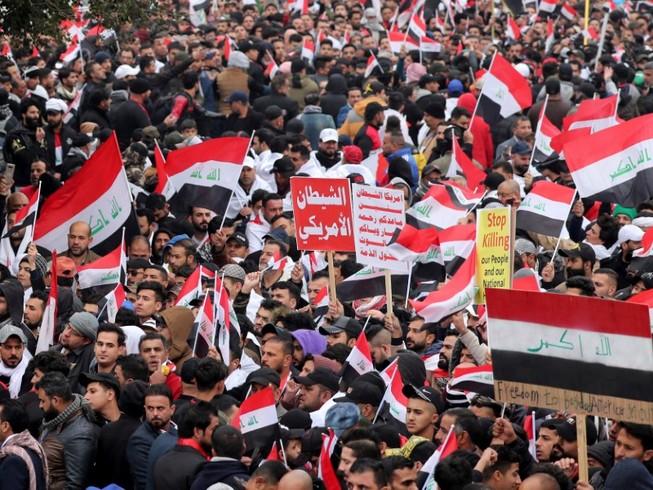 Hình ảnh cuộc biểu tình chống Mỹ ở Iraq hôm 24-1. Ảnh: CNN