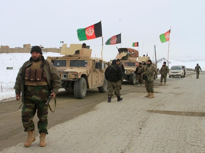 Binh sĩ Afghanistan chuẩn bị tiếp cận khu vực rơi máy bay Mỹ. Ảnh: REUTERS