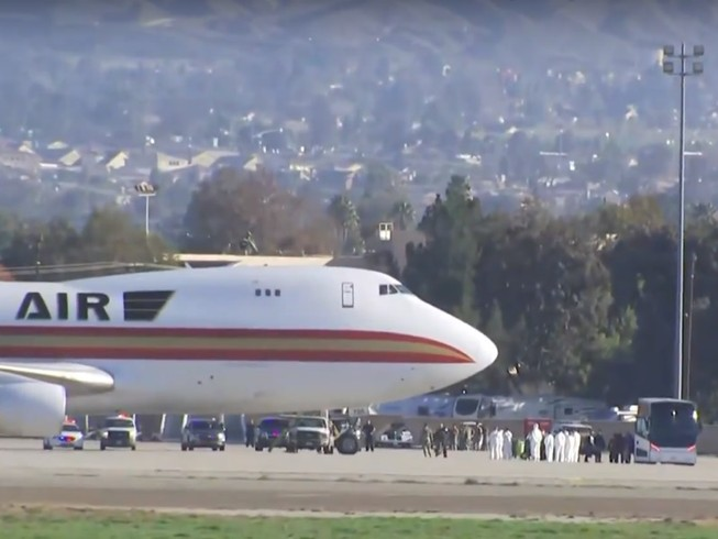 Chiếc máy bay chở 201 công dân và nhân viên lãnh sự Mỹ được sơ tán khỏi Trung Quốc đã hạ cánh ở California. Ảnh: NBC