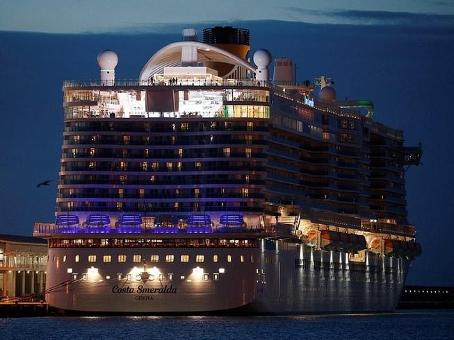 Tàu Costa Smeralda của Ý bị giữ lại tại cảng vì có du khách nghi nhiễm virus corona, song tất cả được xác nhận âm tính với virus này. Ảnh: REUTERS