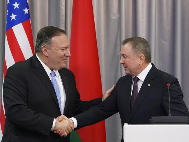 Ngoại trưởng Mỹ Mike Pompeo (trái) và Ngoại trưởng Belarus Vladimir Makei (phải). Ảnh: AP