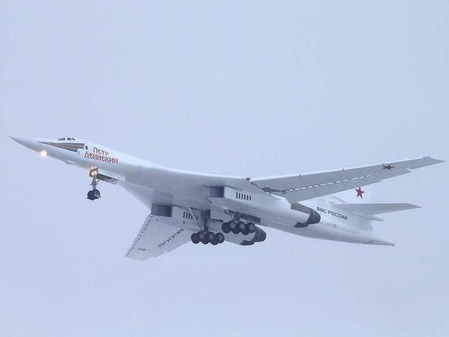 Chuyến bay đầu tiên của máy bay ném bóm chiến lược siêu thanh Tu-160M. Ảnh: TASS