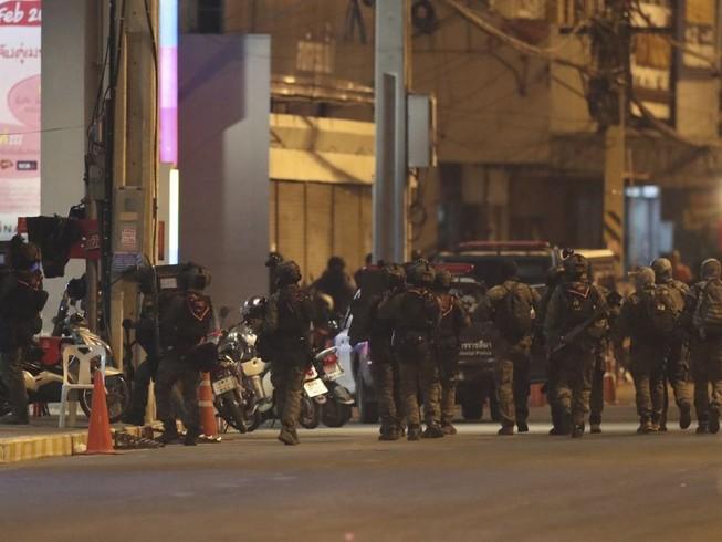 Đặc nhiệm Thái Lan chuẩn bị đột kích để giải cứu con tin hôm 8-2. Ảnh: CNN
