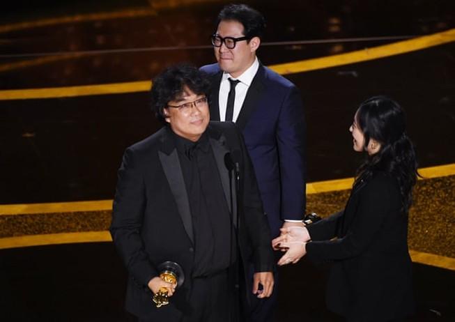 Đạo diễn Bong Joon-ho nhận giải Kịch bản xuất sắc nhất trong lễ trao giải Oscar 2020. Ảnh: GETTY IMAGES