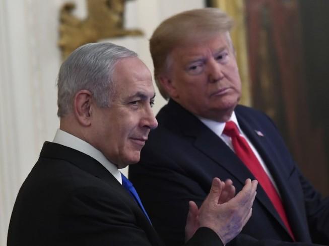 Thủ tướng Israel (trái) trong chuyến công du đến Mỹ gặp Tổng thống Mỹ Donald Trump (phải) hôm 28-1. Ảnh: AP