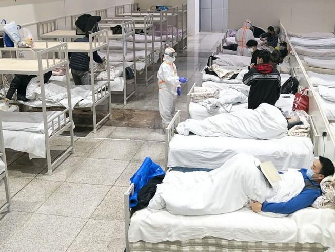 Bệnh nhân điều trị tại một bệnh viện dã chiến ở Vũ Hán (ảnh chụp ngày 8-2). Ảnh: AFP