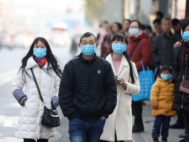 Người dân thủ đô Bắc Kinh (Trung Quốc) đeo khẩu trang khi đi ra đường (Ảnh chụp hôm 30-1). Ảnh: AFP