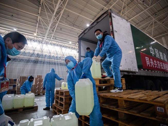 Các nhân viên y tế ở Vũ Hán vận chuyển thiết bị y tế (Ảnh chụp ngày 10-2). Ảnh: AFP