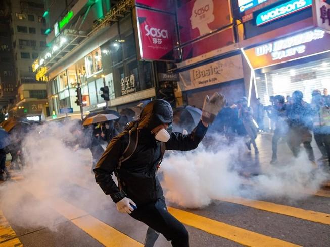 Một nam thanh niên thất nghiệp ở Hong Kong bị bắt vì nhận ủng hộ trái phép để tham gia biểu tình bạo loạn. Ảnh: SCMP