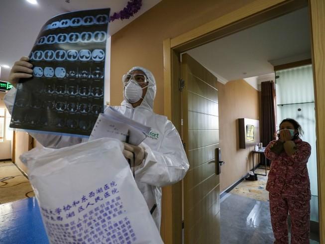 Bác sĩ đang xem phác đồ điều trị của bệnh nhân thuộc bệnh viện số 1 Vũ Hán (Ảnh chụp ngày 12-2). Ảnh: AP
