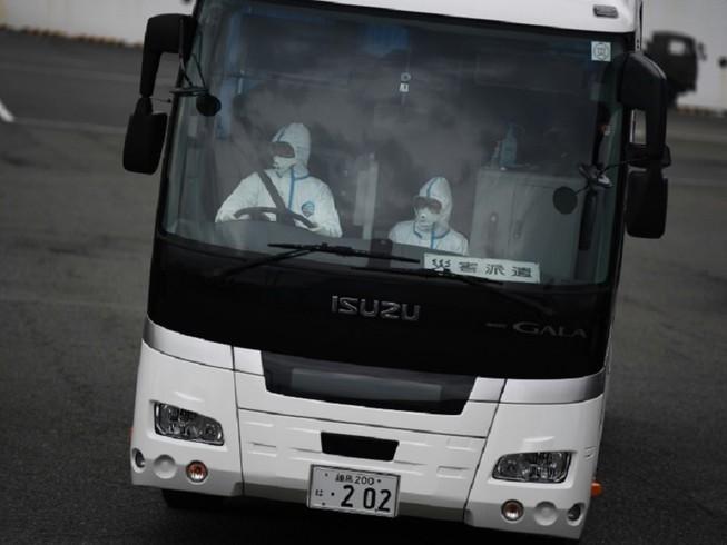 Bệnh nhân cao tuổi đầu tiên được phép rời khỏi du thuyền Diamond Princess ở Nhật Bản. Ảnh: AFP