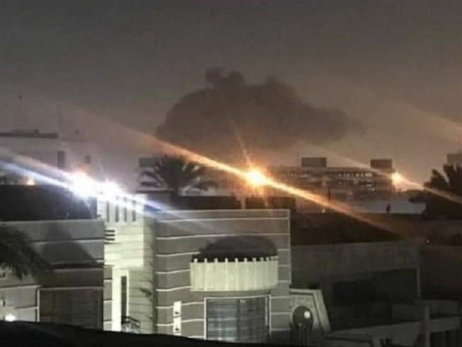 Khu vực Vùng Xanh gần Đại sứ quán Mỹ ở Baghdad bị nã pháo kích rạng sáng 16-2. Ảnh: TWITTER