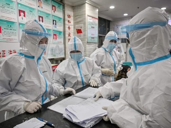 Các bác sĩ làm việc tại bệnh viện Chữ thập đỏ Vũ Hán (Ảnh chụp ngày 26-1). Ảnh: AFP