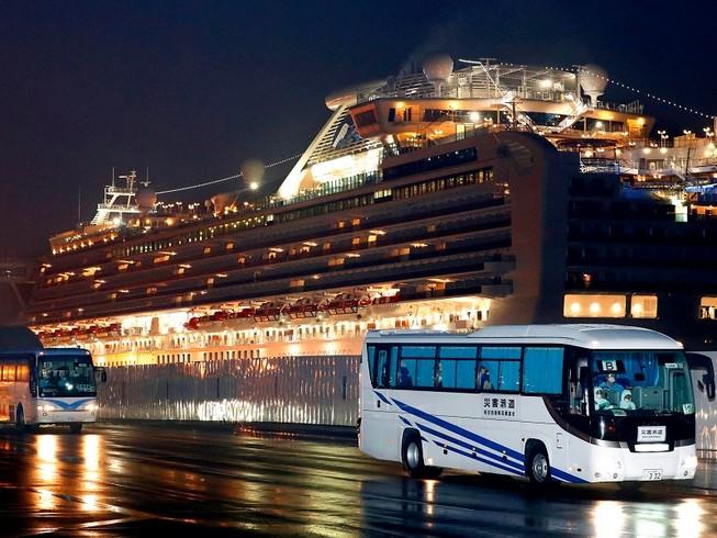 Các du khách Mỹ từ du thuyền Diamond Princess, gồm cả 14 ca nhiễm COVID-19, đã được đưa về Mỹ để tiếp tục cách ly. Ảnh: AP