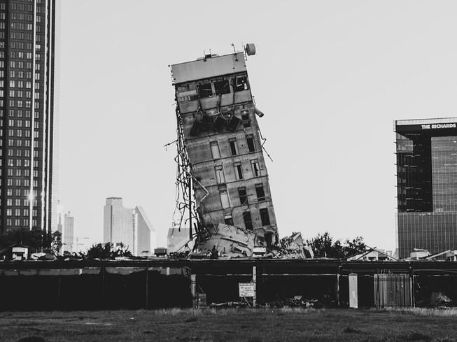 """""""Tháp nghiêng Dallas"""" nổi bật giữa công trường xây dựng. Ảnh: TWITTER"""