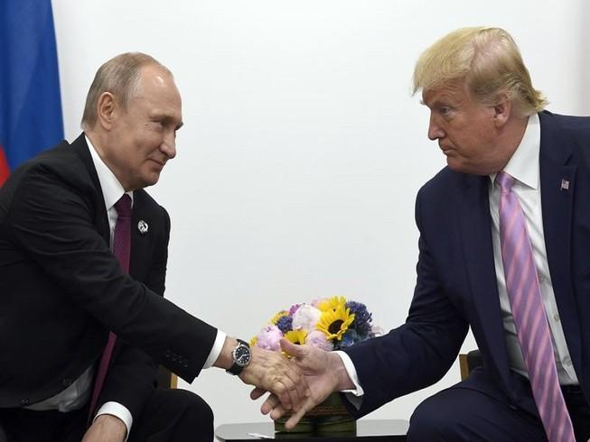 Tổng thống Nga Vladimir Putin (bên trái) gặp gỡ Tổng thống Mỹ Donald Trump hồi tháng 6-2019. Ảnh: AP