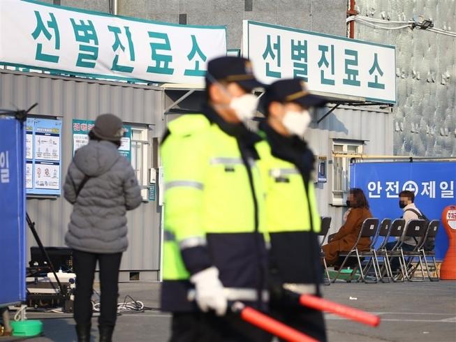 Một trạm kiểm tra thân nhiệt tại sân bay quốc tế Daegu (Hàn Quốc) ngày 18-2. Ảnh: AFP
