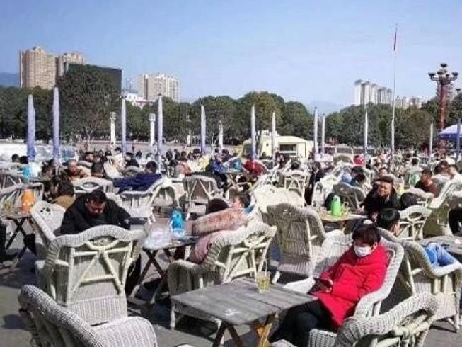 Một bộ phận người dân Trung quốc đang lơ là cảnh giác và ra khỏi nhà mà không sử dụng khẩu trang. Ảnh: SCMP