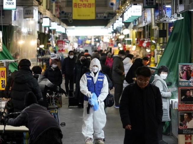 Một khu chợ ở thủ đô Seoul, Hàn Quốc (Ảnh chụp ngày 23-2). Ảnh: AFP