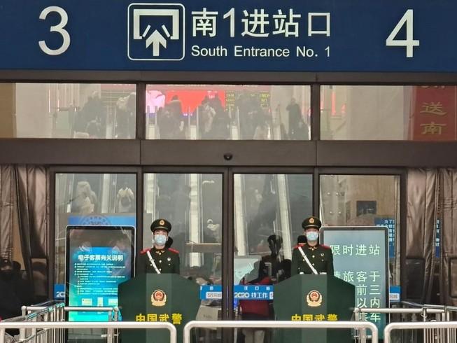 Cảnh sát Trung Quốc làm nhiệm vụ tại nhà ga Vũ Hán (Ảnh chụp ngày 22-2). Ảnh: REUTERS