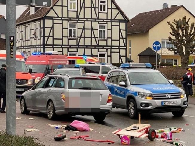 Một tài xế 29 tuổi lái xe tông vào đoàn người diễu hành trong một lễ hội địa phương ở thị trấn Volksmarsen, bang Hesse, Đức. Ảnh: ISCRESEARCH