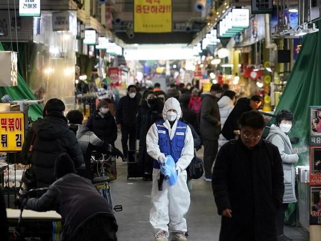 Hàn Quốc ghi nhận thêm 2 ca tử vong và 169 ca nhiễm mới virus COVID-19. Ảnh: REUTERS