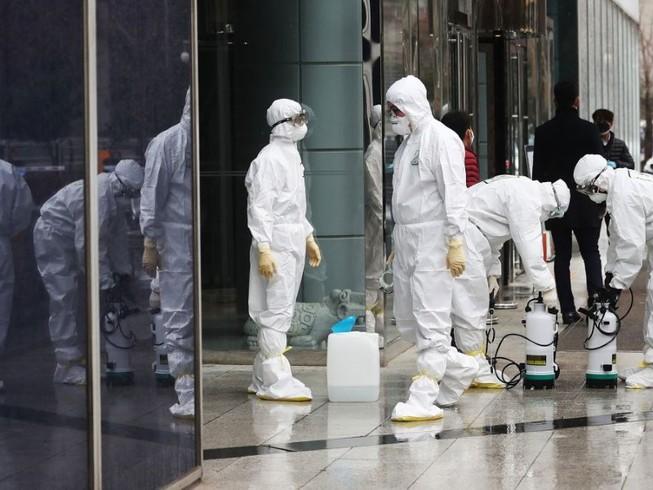 Nhân viên y tế khử trùng ở TP Daegu (Ảnh chụp ngày 25-2). Ảnh: AFP