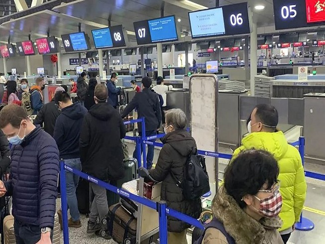 Khách du lịch Trung Quốc tại sân bay quốc tế Phố Đông Thượng Hải. Ảnh: AP