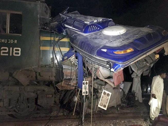 Đống đổ nát của chiếc xe buýt sau khi bị tàu hoả đâm ngày 28-2 tại Pakistan. Ảnh: TÂN HOA XÃ