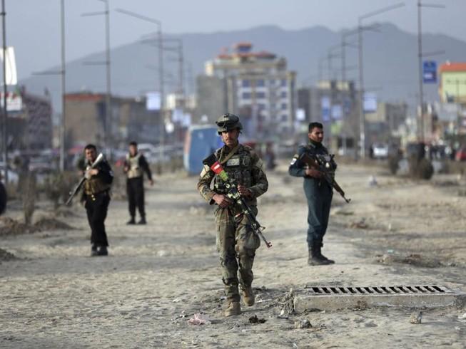 Lực lượng an ninh Afghanistan tại hiện trường một vụ đánh bom ở thủ đô Kabul ngày 26-2. Ảnh: AP