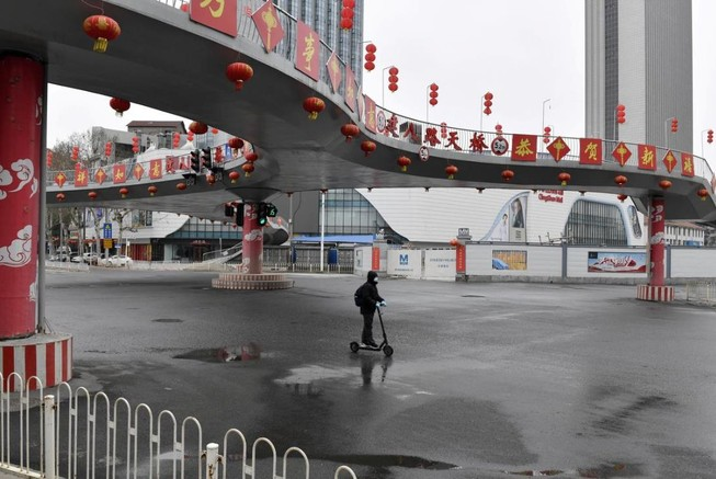 Đường phố tâm dịch Vũ Hán vắng vẻ mùa dịch. Ảnh: REUTERS