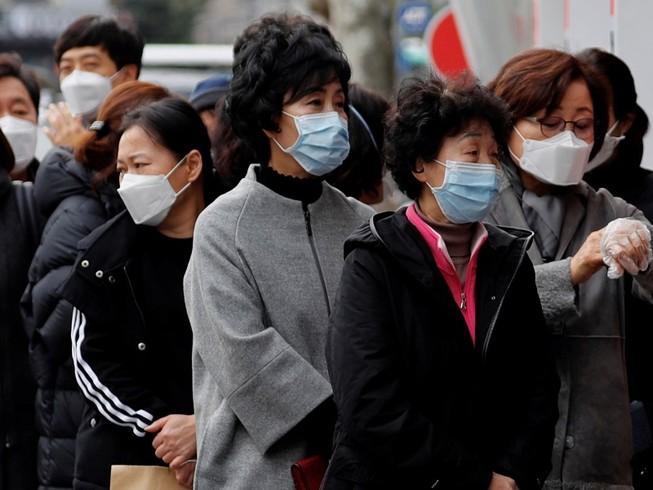 CDC (Mỹ) khuyến cáo người dân chỉ nên đeo khẩu trang khi bị ốm và khi tiếp xúc với người ốm. Ảnh: REUTERS