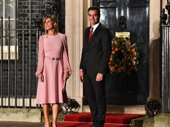 Thủ tướng Tây Ban Nha Pedro Sanchez cùng Phu nhân Begona Gomez trong chuyến thăm Anh tháng 12-2019. Ảnh: AFP