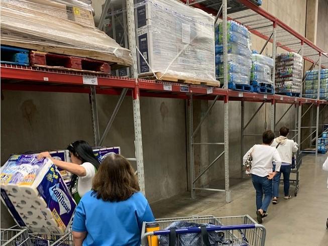 Người dân nhiều nước phương Tây đã đổ xô đi mua tích trữ giấy vệ sinh trong mùa dịch COVID-19. Ảnh: REUTERS