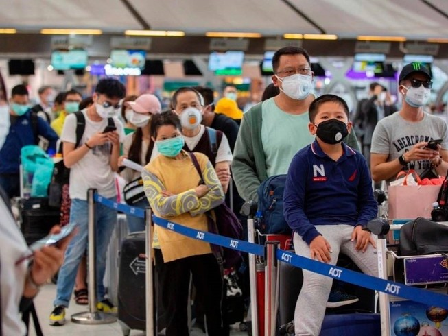 Hành khách chờ làm thủ tục nhập cảnh tại sân bay quốc tế Toronto Pearson, Canada ngày 15-3. Ảnh: AFP