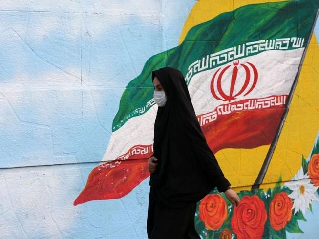 Một phụ nữ Iran đeo khẩu trang khi đi ra ngoài ở thủ đô Tehran, Iran. Ảnh: GETTY IMAGES