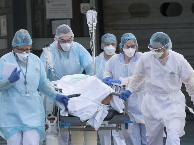 Bệnh nhân nhiễm COVID-19 được di chuyển ở bệnh viện Emile Muller thuộc TP Mulhouse, Pháp ngày 15-3. Ảnh: AFP