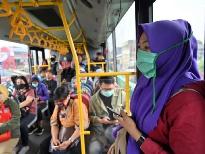Người dân Indonesia đeo khẩu trang trên xe buýt như một biện pháp phòng dịch COVID-19. Ảnh: AFP
