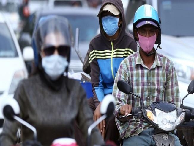 Người dân Campuchia phải đeo khẩu trang khi ra đường trong khi nước này ghi nhận 37 ca nhiễm COVID-19. Ảnh: THE PHNOM PENH POST
