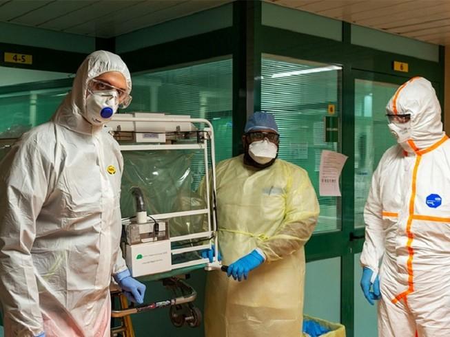 Các nhân viên y tế ở Ý đang chịu nguy cơ lây nhiễm COVID-19 ngày càng tăng. Ảnh: REUTERS
