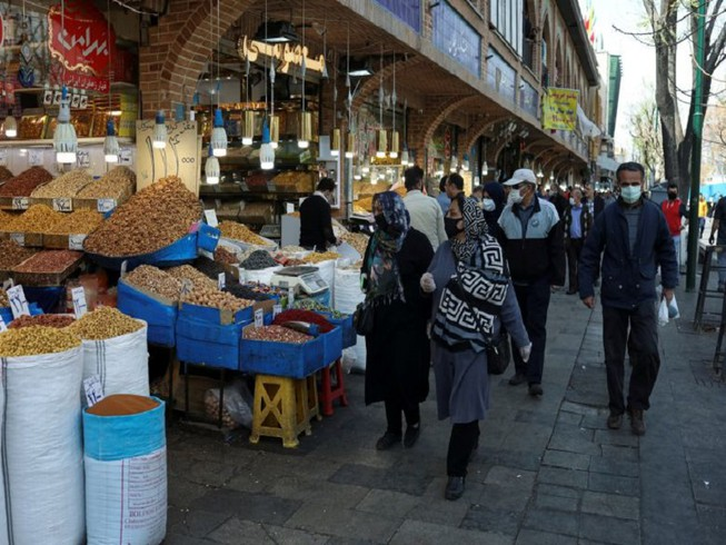 Người dân Iran tại khu mua sắm Grand Bazaar, thủ đô Tehran hôm 20-3. Ảnh: REUTERS