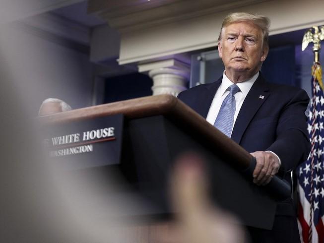 Tổng thống Donald Trump trong buổi họp báo ngày 16-3 về tình hình dịch bệnh ở Mỹ. Ảnh: AP