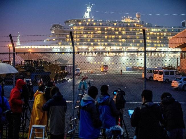 Tàu du lịch Diamond Princess tại bến cảng Daikoku ở TP Yokohama từ ngày 16-2. Ảnh: REUTERS